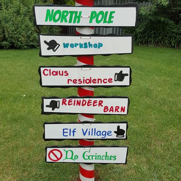 making a santa stop here sign for holiday traditon
